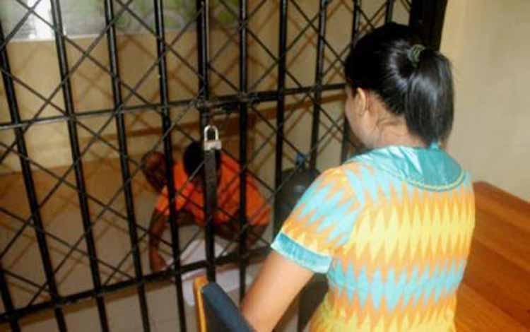 Tersangka Muhayansah, di sel tahanan saat dimintai keterangan oleh Kanit PPA Polres setempat. BORNEONEWS/URIUTU DJAPER
