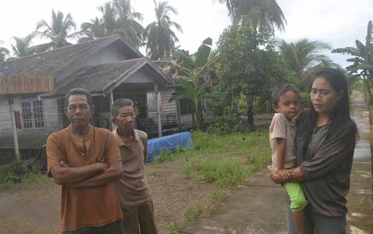 Warga Desa Selat Baning Kecamatan Katingan Kuala, Karnadi (kiri), Kadri (tengah), dan Sabaniah foto di halaman rumah mereka, Sabtu (21/5).borneo/abdul gofur