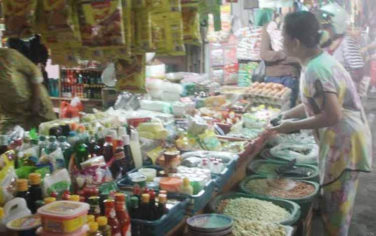 Sejumlah masyarakat saat membeli kebutuhan pokok (sembako) di pasar Kuala Kurun, Kabupaten Gunung Mas. Saat ini harga gula, bawang merah dan bawang putih, melanjak tajam. BORNEONEWS/EPRA SENTOSA