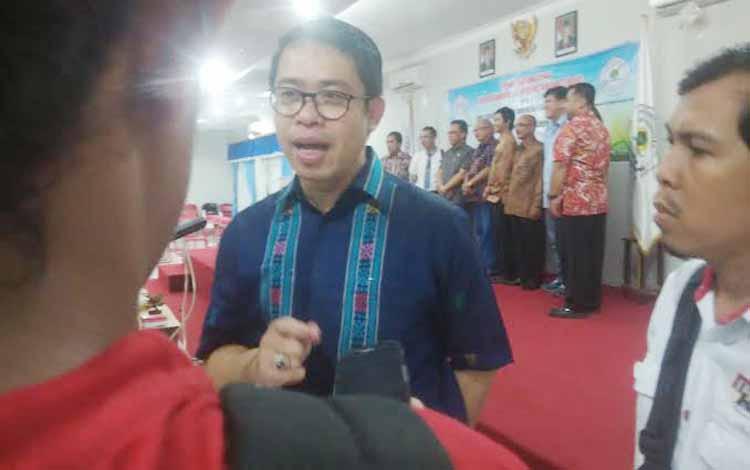 Ketua Umum Asosiasi Advokat Indonesia Muhammad Ismak seusia penandatanganan Memorandum of Understanding dengan Universitas PGRI Palangka Raya, Jumat (20/5/2016). BORNEONEWS/RONI SAHALA