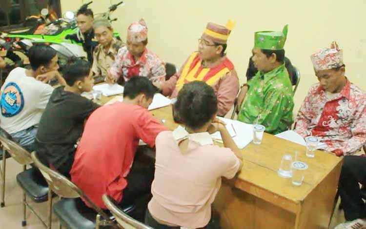 Ketua Adat Dayak Kecamatan Mentawa Baru Ketapang Zais bersama anggota adat lainnya sedang melakukan sidang adat terhadap pasangan yang terjaring razia di barak dan hotel. BORNEONEWS/HAMIM