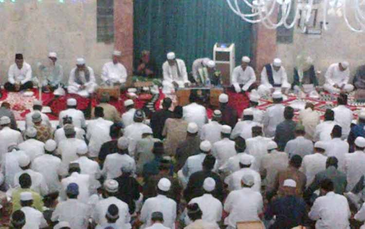 Warga Nahdliyin padati masjid untuk menjalankan ibadah di malam Nisfu Sa;ban, Sabtu (21/5/2016). BORNEO/PPOST/H. LAILY MANSYUR