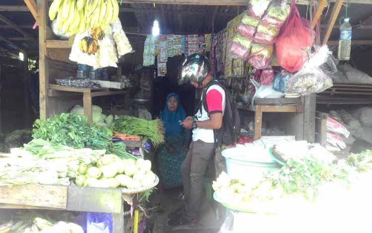 Pedagang barang-barang kebutuhan pokok di Kota Palangka Raya, Ahad (22/5/2016). Kalangan DPRD berharap pemerintah mengantisipasi naiknya harga sembako jelang Ramadan 2016. BORNEO/M. MUCHLAS ROZIKIN