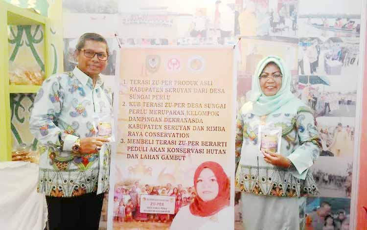 Bupati Kaupaten Seruyan, Sudarsono (kiri) dan Dekranasda Kabupaten Seruyan Ratna Mustika (kanan) memperkenalkan Terasi Zu-Per yang menjadi produk unggulan Seruyan dalam Kalteng Quality Expo 2016. BORNEONEWS/TESTI PRISCILLA