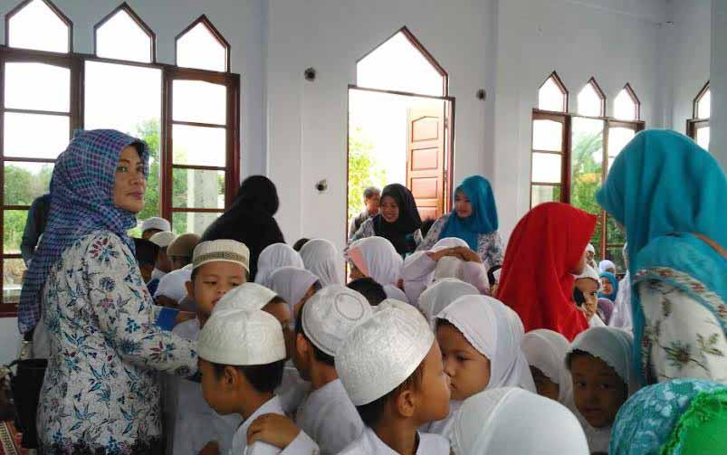 Al-Azhar Raudhatul Athfal, Palangka Raya mengajarkan anak-anak didiknya untuk berderma sejak usia dini. BORNEO/M. MUCHLAS ROZIKIN