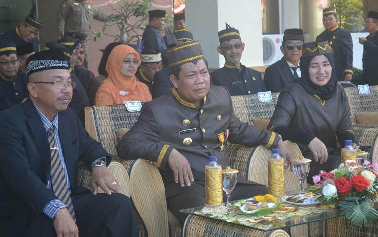 Bupati Ahmad Yantenglie didampingi Ketua DPRD Ignatius Mantir l Nusa dan juga istrinya Endang Susilawatie saa menghadiri HUT Kalteng ke 59 di kantor bupati setempa, Senin (23/5/2016). BORNEONEWS/ABDUL GIOFUR