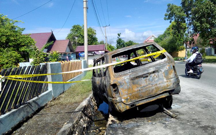 Mobil Kijang KH 1243 AL mendadak terbakar di Jalan Kahayan, depan Bengkel Putra Barabai, Palangka Raya, Senin (23/5/2016) sekitar pukul 06.30 WIB. BORNEONEWS/BUDI YULIANTO