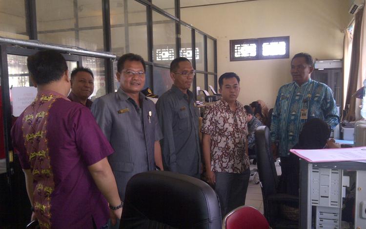 Ketua Komisi III DPRD Kabupaten Kotim Rimbun, besama anggota komisinya, saat memantau pelayanan administrasi kependudukan di Disdukcapil Kabupaten Kotim, beberapa waktu lalu. BORNEONEWS/RIFQI