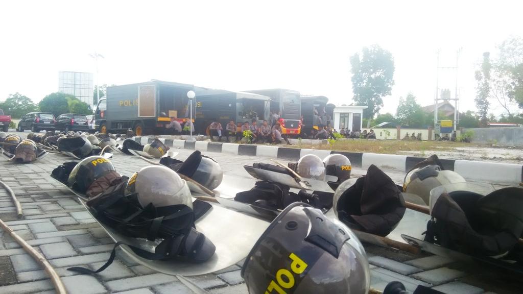 KETAT: Ratusan personel kepolisian tampak sedang berjaga-jaga di Pengadilan Negeri Palangka Raya, Senin (23/5/2016).)