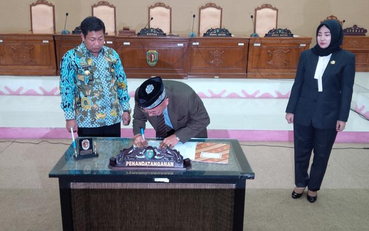 PERSETUJUAN DEWAN - Ketua DPRD Kabupaten Katingan I Mantir L Nussa menandatangani rekomendasi tim Pansus LKPj tahun 2015 yang akan diserahkan kepada Pemerintah Daerah setempat, dalam rapat paripurna baru-baru ini. (Foto : PPost/Hairul Saleh)