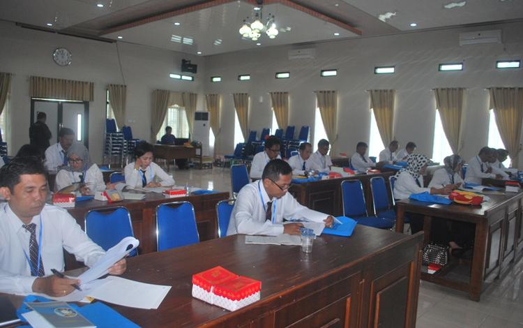 Sebanyak 22 orang calon kepala sekolah mengikuti pendidikan dan pelatihan, yang dilaksanakan Dinas Pendidikan Kabupaten Barut, Senin (23/5/2016), di Aula Bappeda setempat.(PPOST/AGUS SIDIK)