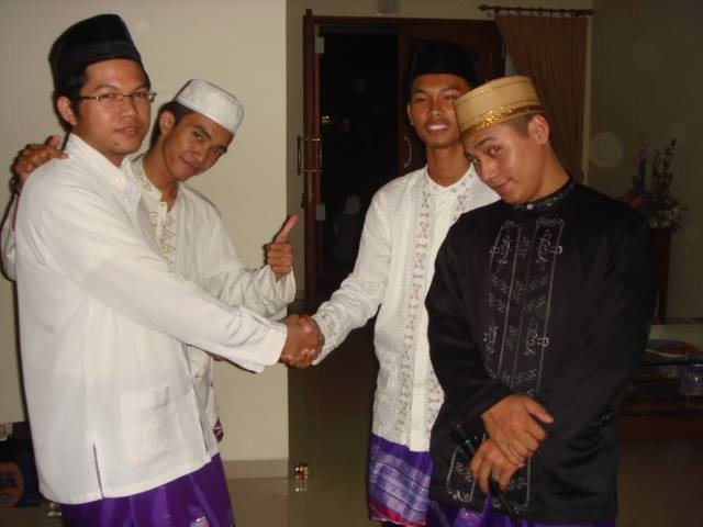 Dokter Arifin Anwar (alm) berjabat tangan dengan Muhammad Rakhman (kanan), saat mereka masih menjadi mahasiswa di Universitas Islam Sultan Agung (Unissula) Semarang, dalam suatu kegiatan mahasiswa Kobar di kediaman Arifin di Semarang. (Dok M Rakhman)