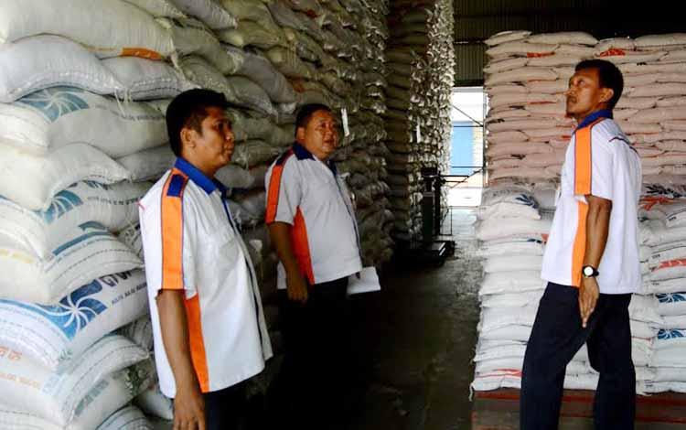 Petugas Bulog Kotawaringin Timur sedang melakukan pemeriksaan terhadap beras yang mereka simpan dalam gudang. BORNEO/MUHAMMAD HAMIM