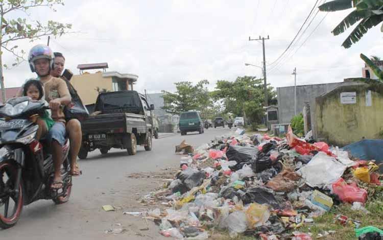 Sampah menumpuk di Jalan Kenan Sandan, Kecamatan Baamang, Sampit, Kotawaringin Timur, Kalimantan Tengah. Pemerintah Kabupaten Kotim pesimistis dapat meraih piala Adipura 2016. BORNEO/RAFIUDIN
