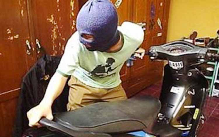 Ilustrasi pencuri sepeda motor.