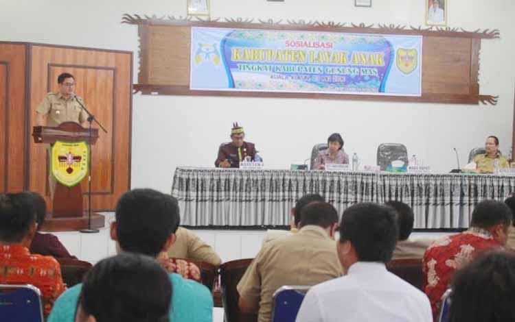 Wakil Bupati Gumas menyampaikan sambutan saat membuka kegiatan sosialisasi KLA di aula kantor Bappeda Gumas, Senin (23/5/2016).