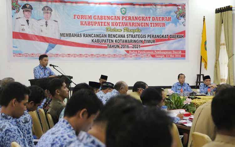 Bupati Kotim Supian Hadi tampak memberikan paparan dihadapan para kepala SKPD saat rapat Forum Gabungan Perangkat Daerah membahas rancangan rencana strategis perangkat daerah Kotim 2016-2021 di Aula Bappeda Kotim, Senin (23/5/2016).