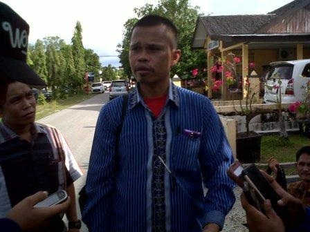 Ketua Koperasi Kompak Maju Bersama Gusti Gelombang memberikan penjelasan kepada wartawan di halaman kantor Ditreskrimum Polda Kalteng, Palangka Raya, Senin (23/5/2016). BORNEO/BUDI YULIANTO