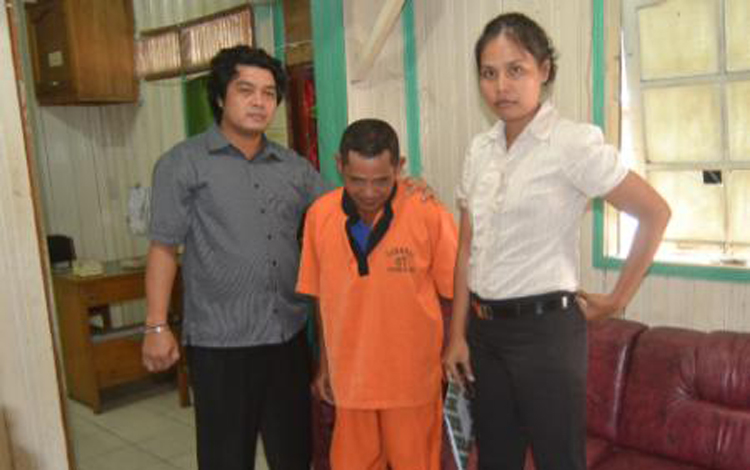 Tersangka pencabulan anak di bawah umur diapit polwan dan anggota Polres Barito Selatan. BORNEONEWS/URIUTU DJAPER