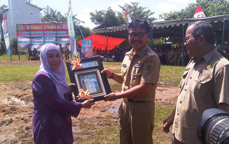 Bupati Barito Selatan HM Farid Yusran menerima penyerahan perangko KB dan Pesan Presiden oleh perwakilan BKKBN RI Chamnah Wahyuni. BORNEONEWS/URIUTU DJAPER