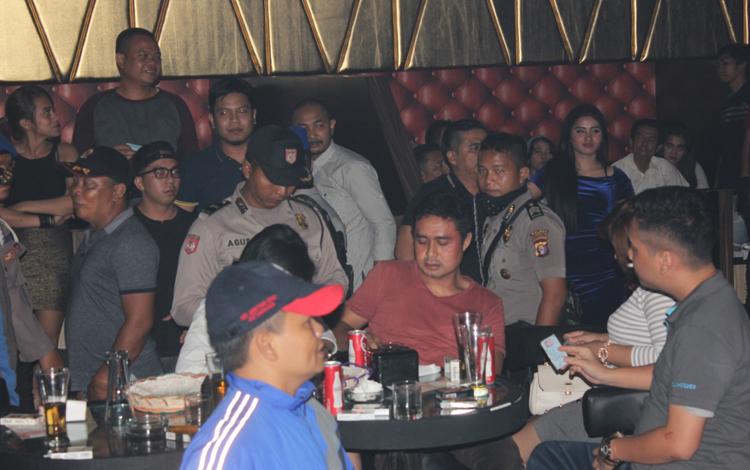Anggota Satpol PP Kotim bersama dengan pihak kepolisian setempat, saat melakukan razia di salah satu tempat hiburan di Kota Sampit, beberapa waktu lalu. BORNEONEWS/M.RIFQI