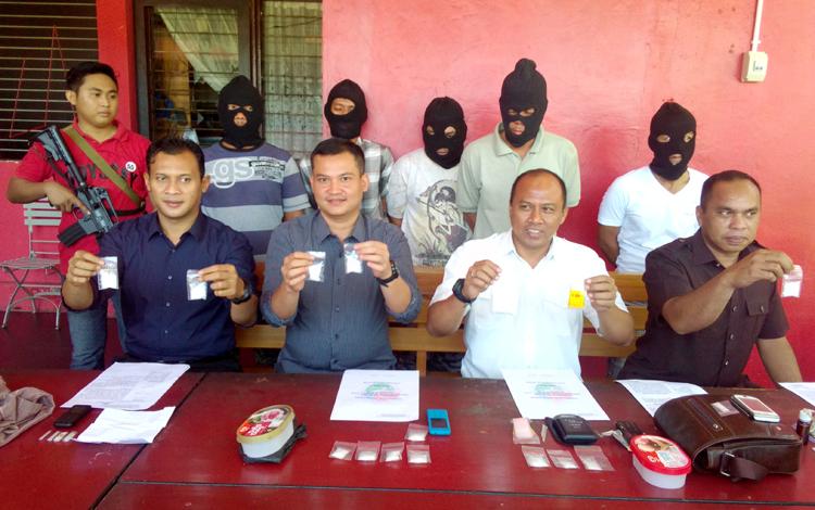 Direktur Reserse Narkoba Polda Kalteng Kombes Pol Akhmad Shaury (dua dari kanan depan) dan anggotanya menunjukkan barang bukti, Selasa (24/5/2016). Tersangka dari sebelah kanan belakang yakni Agus Sugianto, Iyan Haryanto, Pieter, Saripin dan Wawandi. BORN