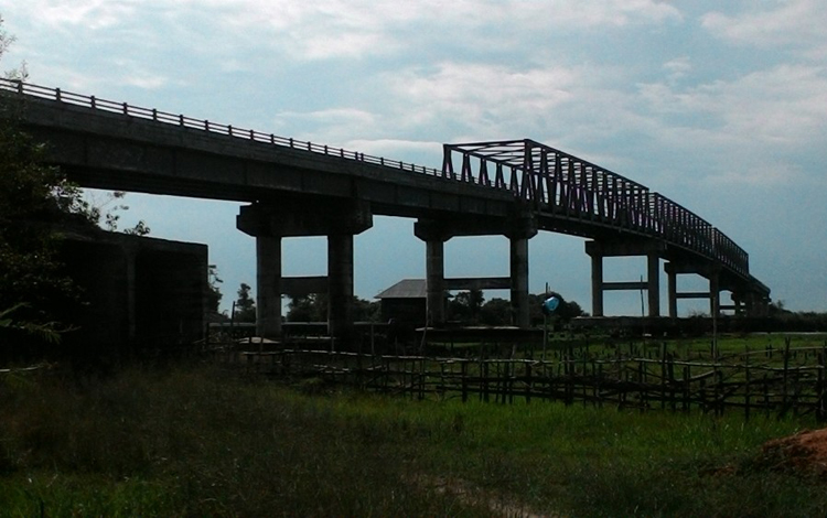 Pembangunan Jembatan Jelai penghubung Kabupaten Sukamara dengan Kalimatan Barat belum terselesaikan. BORNEONEWS/NORHASANAH