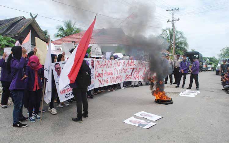 Mahasiswa STIE berdemo di depan kantor PLN Rayon Muara Teweh dengan membakar ban, Senin (23/5/2016). Mereka memprotes pemadam listrik di  Barito Utara. BORNEONEWS/RAMADANI
