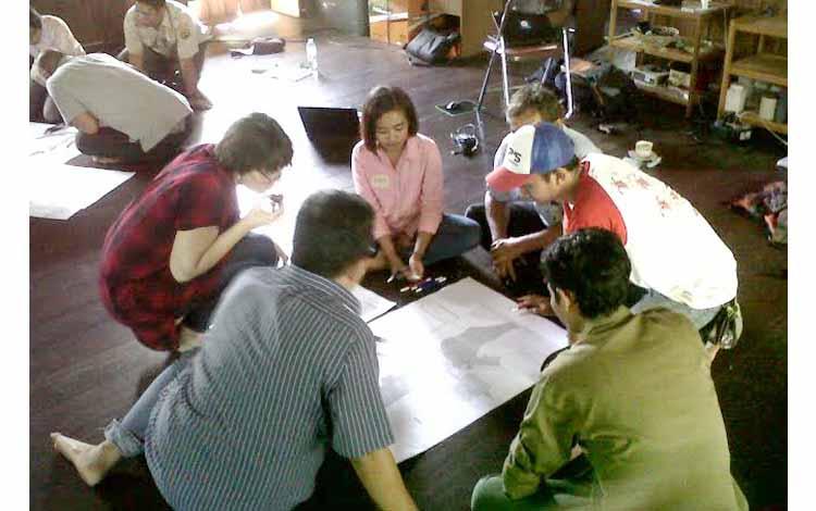 Peserta Workshop Strategic Visitor yang terdiri dari pelaku wisata di kabupaten Kobar, BKSDA SKW II Pangkalan Bun, Balai TNTP dan organisasi nirlaba Swisscontact sedang mendiskusikan lokasi destinasi wisata di Kobar selain TNTP. Kegiatan ini digelar di kantor Yayorin Pangkalan Bun Selasa (24/5/2016)