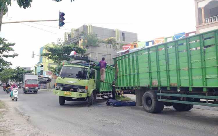 Kondisi truk saat amblas di pertigaan Jalan DI Panjaitan-Pelita, ketika barang bawaannya dipindahkan ke truk puso lainnya, sebelum dievakuasi, Selasa (24/5/2016). BORNEONEWS/M. HAMIM