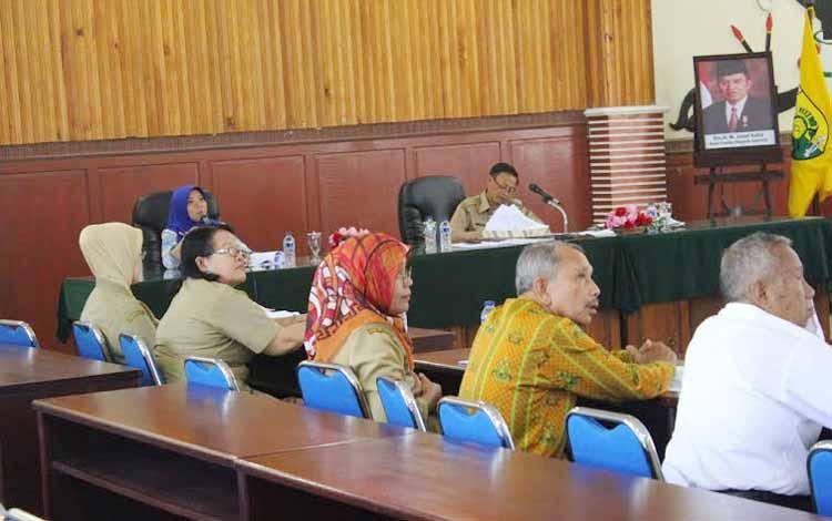 Kepala BPJS Kesehatan Palangka Raya Fitria Pulokadang (tengah) bersama Plt Sekda Kandarani saat memaparkan potret implementasi JKN dan perkembangan layanan faskes di ruang PK II, Selasa (24/5/2016). BORNEONEWS/M. MUCHLAS ROZIKIN