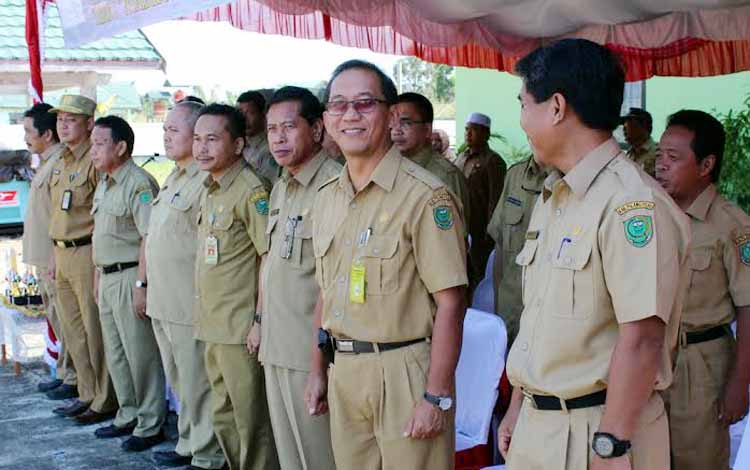 Para pejabat Eselon II di lingkup Pemkab Pulang Pisau yang wajib LHKPN dalam suatu kegiatan upacara belum lama ini. BORNEONEWS/JAMES DONNY