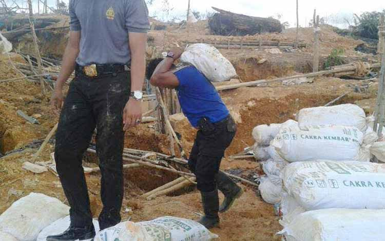 Kapolsek Parenggean Iptu Saldikcy Julanda Al Karim bersama sejumlah anggotanya sedang mengangkut babarang bukti pertambangan illegal. BORNEONEWS/HAMIM