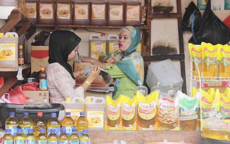 Pedagang sedang berdiskusi sambil menunggu kedatangan para pembeli. Pemkab agendakan gelar pasar murah pada bulan Ramadan nanti. BORNEONEWS/RAFIUDIN