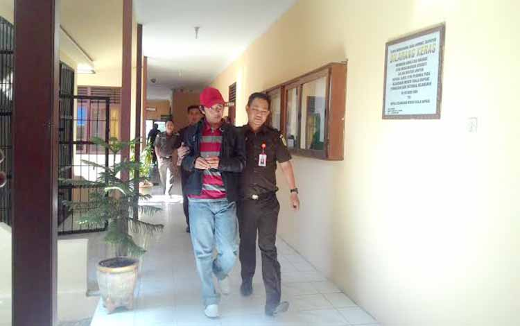 TT saat di gelandang petugas Kejaksaan Negeri Kuala Kapuas ke sel tahan saat tiba di kantor kejaksaan sekitar pukul 12:35 wib.