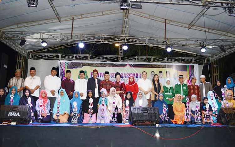Kecamatan Kapuas Murung, Senin (23/5/2016), menjadi juara umum Lomba Festival Seni Qasidah, yang diselenggarakan DPD Lembaga Seni Qasidah Indonesia (Lasqi) Kapuas. BORNEONEWS/DJEMMY NAPOLEON