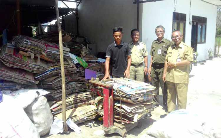 Saleh Makki Kepala Badan Lingkungan Hidup (BLH) Kapuas saat  melihat langsung Bank Sampah di Kecamatan Selat Kelurahan Selat Utara.  (BORNEO/DJIMMY)