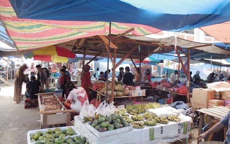 Nampak sejumlah aktivitas para penjual dan pembeli di halaman Pasar Temenggoeng Djaja Karti di Tamiang Layang belum lama ini.   BORNEO/AMAR ISWANI