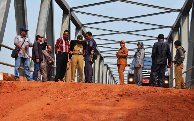 Ilustrasi pembangunan jembatan yang mendapat kunjungan Komisi IV DPRD Kotim. Juni 2016 disebut bulan paling mengkhawatirkan bagi kalangan investor. BORNEONEWS/DOK