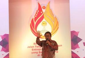 Oesman Sapta melambaikan tangan kepada para peserta Jambore HIPMI di Bandung.