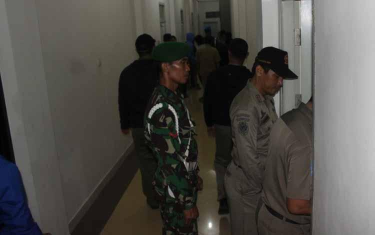 Aparat gabungan TNI/Polri, Stpol PP, Dinsosnakertrans serta beberapa instansi lainnya saat melakukan razia hotel dan penginapan, beberapa waktu lalu. BORNEONEWS/RAFIUDIN