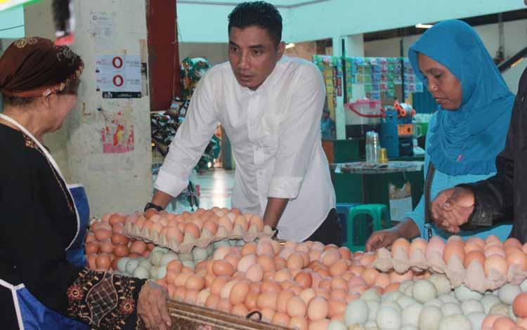 Bupati Kotawaringin Timur Supian Hadi saat menanyakan harga kebutuhan pokok pada pedagang di Pusat Perbelanjaan Mentaya Sampit saat melakukan sidak, Rabu (25/5/2016).BORNEONEWS/RAFIUDIN