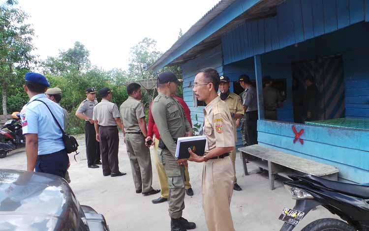 Lokasi prostitusi di kawasan jalan Ahmad Yani dan Simpang Kodok Kotawaringin Barat, Kalimantan Tengah, jelang penertiban. Selasa (24/5/2016), lokasi terlihat sepi, diperkirakan para PSK berpindah ke barakan, dan menerima pelanggan lewat telepon. BORNEONEW