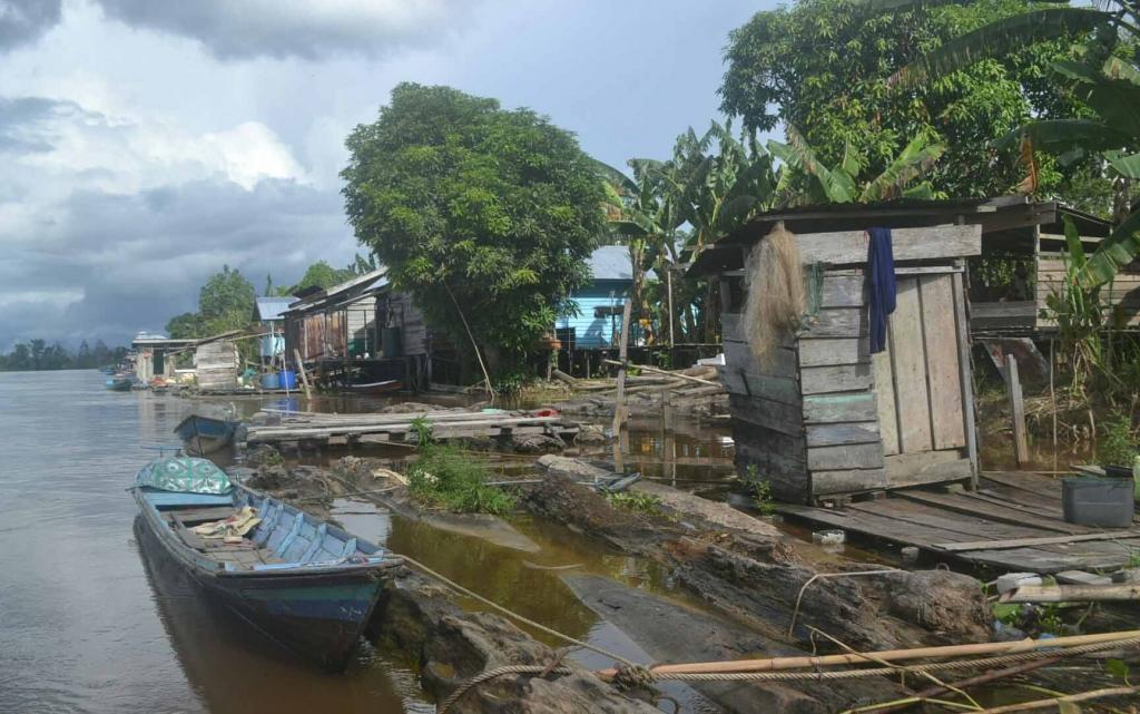 Beberapa MCK tampak berjejer di Sungai Katingan Desa Parupuk, Kecamatan Kamipang. BORNEONEWS/ABDUL GOFUR