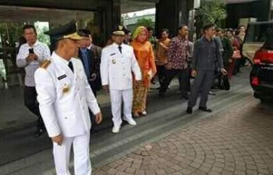 Gubernur Sugianto Sabran dan Wakil Gubernur Habib Said Ismail tampak bersiap mengikuti geladi bersih. (BORNEO/ISTIMEWA)