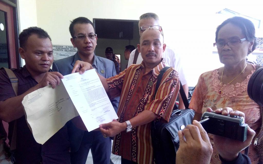 Ayah Lamuel, Geni (29), didampingi dua kuasa hukumnya Sukah L Nyahun dan Parlin Bayu Hutabarat melaporkan manajemen RSUD Doris Sylvanus ke Polres Palangka Raya, Rabu (25/5/2016) siang. BORNEONEWS/BUDI YULIANTO