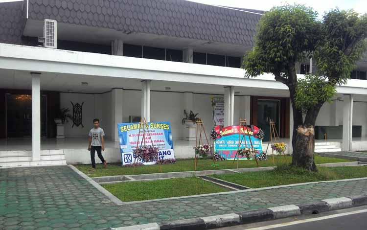 Karangan bunga yang berisi ucapan selamat berdatangan ke kantor Gubernuran, tepatnya di depan Aula jayang Tingang. BORNEO/TESTI