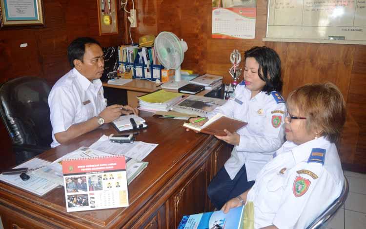 Kepala Bagian Humas dan Protokol Setda Kapuas Suwarno Muriyat menerima kunjungan koordinasi Kasi Penyiaran Daerah Marlin Pakondo, Kasi Penyiaran Dinas Perhubungan Komunikasi dan Informatika Kalimantan Tengah beserta Staf Ratna Bribell. BORNEONEWS/DJEMMY