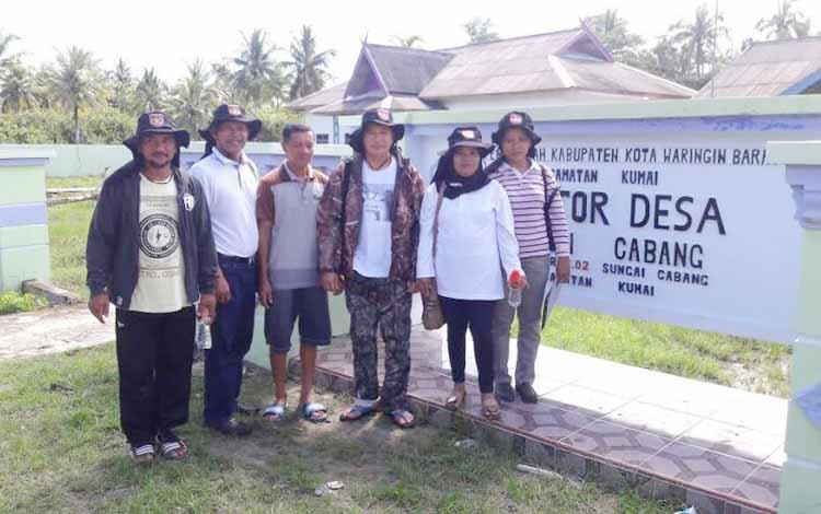 Komisi A DPRD Kotawaringin Barat meminta pihak kecamatan maupun kabupaten ambil sikap dan bertanggung jawab atas keterbengkalaian Desa Sungai Cabang, Kecamatan Kumai. BORNEONEWS/RADEN ARYO