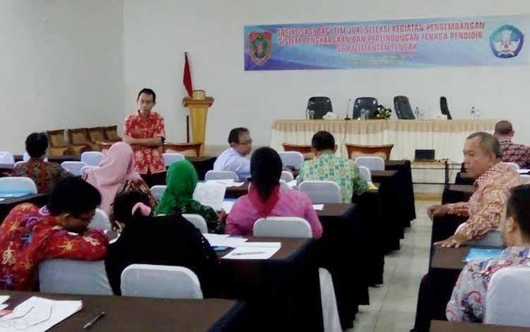 Dinas Pendidikan Provinsi Kalimantan Tengah menggelar sosialisasi bagi tim juri/seleksi kegiatan pengembangan sistem penghargaan dan perlindungan tenaga pendidik dan kependidikan (PTK) 2016. BORNEONEWS/PPOST/DEWI